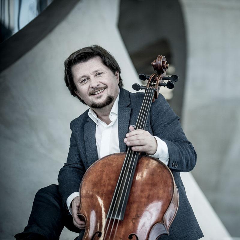 Friedrich Kleinhapl sitzend mit Cello